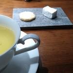 レストラン・カワサキ - コーヒーの代わりのハーブティーと小菓子