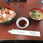 瀬浜寿司 堂ヶ島 - 30食限定の海鮮丼、1600円。あらで出汁をとった、あら汁付き。