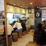 博多らーめん ShinShin - カウンターとテーブル席。夜がメインの飲食店が多いトコでもあるので、ラーメン居酒屋さんとしても人気です。