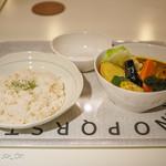 Kuu - タンドリーチキンと野菜のカレー(1350円)