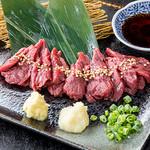 鶏焼 やみつき - 山梨では赤身の馬刺しがご当地です!九州醤油とのW醤油で召し上がれ~