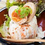 鶏焼 やみつき - 鶏屋が作る鶏せせり肉が入った自家製のポテトサラダ!!煮卵と混ぜて食してね