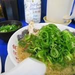 来来亭 - 麺カタめ、背脂多め、ネギ多め、追加の刻みネギは別盛りです