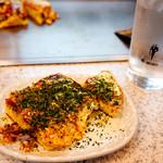 お好み焼き Sakura - お皿に移して青海苔をたっぷり♪