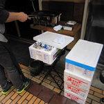 10041427 - 店先で秋刀魚を炭火焼。