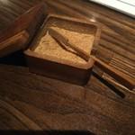 100413750 - テーブルの魚粉