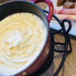 CHEESE CRAFT WORKS - ふわふわのチーズフォンデュ。フロマージュブランを生クリームで伸ばしているのかな。