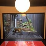 100417447 - 奥の箱庭と赤テーブル