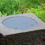 阿龍門 - 外には石臼の水入れや灯篭が置いてあります。夏には金魚を入れる予定です!