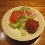 ぱんぷきん - 「本日のDinner B/お得な3種バラエティ」のうち、カニクリームコロッケ、スモークサーモンサラダ