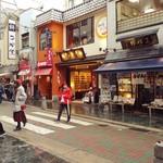 びっくりうどん 三好野 - 三好野さんの2軒左側にはあの人間高速餅つきの中谷堂さんもあります。