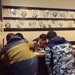 びっくりうどん 三好野 - 店内の風景。アジア系の観光客さん。