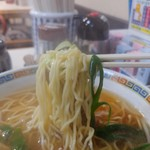 びっくりうどん 三好野 - 中華そばの麺のリフトアップ。