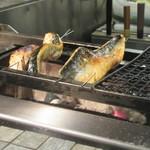 産直青魚専門 新宿 御厨 - 炭火で焼くトロサバ