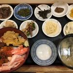 朝市の味処 茶夢 - 函館丼 サービスで付いてくる小皿料理の数が凄かったです。