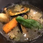 ノットカレー - れんこんバーグ からさレベル2 1100円。汗をかくほどじゃないけど食べた後も口がポカポカ。れんこんバーグが食感も味も予想外に美味しかった!揚げた野菜たちも美味しい〜。深くて甘さのあるスープも最高。