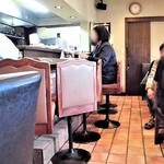 ナナ - 内観;左・カウンター席、右・テーブル席
