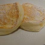 むさしの森珈琲 - むさしの森珈琲特製ふわっとろパンケーキ蜂蜜入メイプルシロップ添え580円