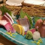 地酒蔵大阪 - 5種盛り この日はサーモン、ブリ、〆さば、トロ、たこ