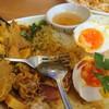 バソップ チャイ - 料理写真:イエローカレー食べかけ。 肉は鶏肉。自分にとってはご飯の量よりもっとカレーが欲しかった