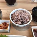 清香園 - 十穀米とキムチとワカメスープ