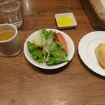 100467060 - サラダとスープ、パンが先に出てきます(19-01)