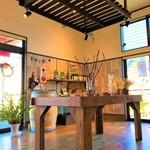地産CAFE&SHOPけあふぃっとふぁーむ - 店内は日差しが差し込み、明るく開放感があります