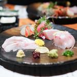 のどぐろ専門 銀座中俣 - 北海道松前の鮪 氷見の鰤、腹身 北海道の牡丹海老 のどぐろの厚切り、山葵と醤油 のどぐろの薄切り、ポン酢か藻塩