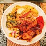 スリランカ料理 ラサハラ - ポヤデーSP ベジ+ミートプレート(チキン)