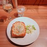 俺のBakery&Cafe 松屋銀座 裏 - トリュフ香るクロックマダムトースト 780円 俺の白 680円
