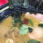 家系ラーメン王道 いしい - 途中で胡椒、ニンニク、豆板醤を入れました