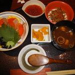 板前ごはん 音音 - 北海サーモンと漬込みいくらのこぼれ丼 1500円