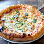 イタリア料理 ラ・フレスカ - マルゲリータとカプリチョーザのハーフ&ハーフ