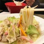 やりうどん - スープは優しいうどんつゆなので、低脂肪でヘルシー。 野菜は350gも入っているそうです。