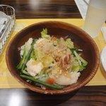 バケット - 蒸し鶏と野菜の鰹風味和風サラダ934円