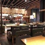 藁焼きと四国料理88屋 - 中央テーブル席は通路に面す