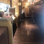 藁焼きと四国料理88屋 - カウンター席の奥は座敷