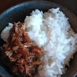 鶏そば屋 天頂 - ツナの甘辛煮と白ご飯を一緒にいただくと最高!うーまーいーぞー!