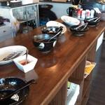 鶏そば屋 天頂 - 店内のカウンターに食べ放題の各料理類が陳列されています。