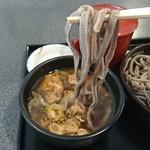 手打ちそば 福松 - 冷たい蕎麦を暖かいつゆに付けて食べます