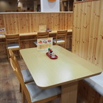 ぶた丼のとん田 - 店内(テーブル席)