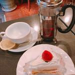 珈琲園 - 料理写真:ティーセットサービス 670円 (ショートケーキと紅茶)