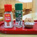 ぶた丼のとん田 - ぶた丼 味変アイテム(胡椒、山椒、にんにく一味)