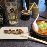 かしら屋 - カシラ(140円)と特製煮込(450円)