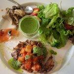 10053571 - プレートランチ(牛肉ステーキ)。サラダと前菜は、お皿(プレート)に相乗りです。