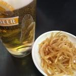 100531251 - ビールにはモヤシのピリ辛ナムル的なのついてきます...