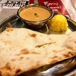 インド・ネパール創作料理 スリスティ - ランチAの「シーフードカレーセット」。これに前菜サラダ、ドリンク付いて1,000円。ナンはおかわり可