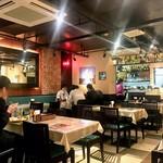 インド・ネパール創作料理 スリスティ - 店内はオーソドックスなインド料理店の中でもモダンな大人っぽいムードだと思います。地下の狭さを感じさせないように鏡を使ったインテリア。