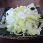 100546455 - 【ねぎ増し】¥50の別皿が先に到着→※この後、8分後につけ汁と麺の到着です(^_^;)