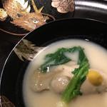 100546456 - お椀:赤穂の牡蠣 白味噌仕立て 大きな牡蠣!火が入っているのに、これだけ大きい牡蠣はなかなかないかと。 白味噌も好みの味わいでした。